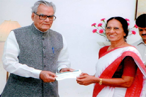 Chairperson Mrs.Sushila Bohra receiving Donation for school from honorable Vice president of India Mr.B.S.Shekhawat in New Delhi.